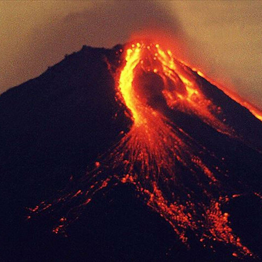 Endonezya'daki yanardağ 24 saatte 3'üncü kez patladı
