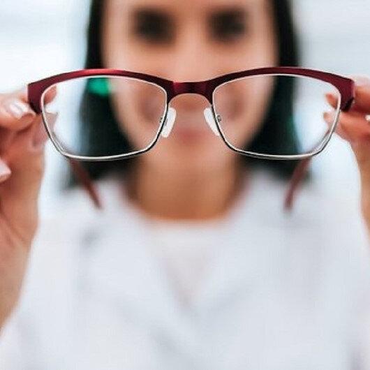 Uzmanından 'Kovid-19 riskini azaltmak için lens yerine gözlük kullanın' uyarısı