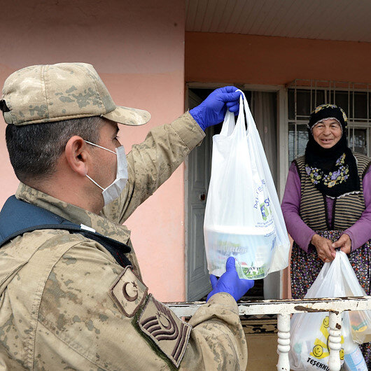 Turkish security forces help elderly amid COVID-19