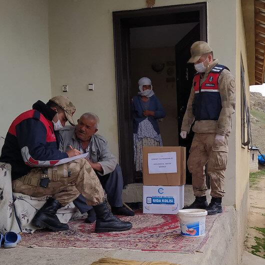 Turkish soldiers help elderly amid coronavirus
