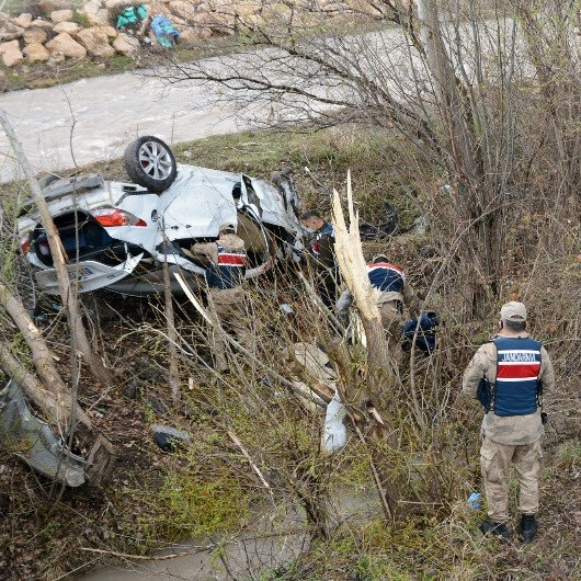 Sivas'ta otomobil dere kenarına devrildi: 4 ölü