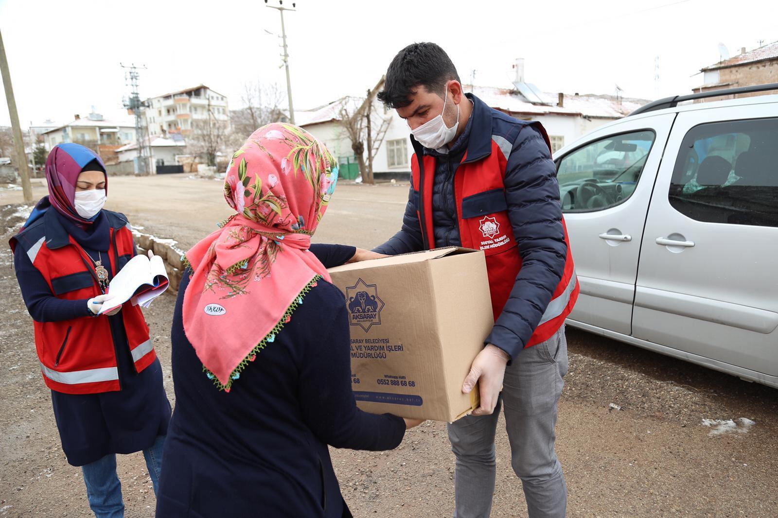 İhtiyaç sahibi ailelere gıda paketi dağıtıldı.