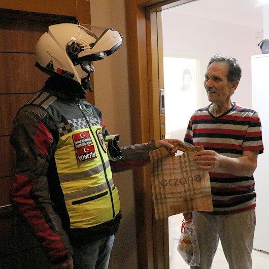 """كورونا.. هواة الدراجات النارية في خدمة المسنين بـ""""قرقلار إيلي"""" التركية"""