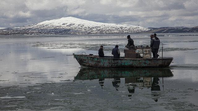 """بحيرة """"نازيك"""" التركية تكشف عن جمالها بعد ذوبان الجليد"""