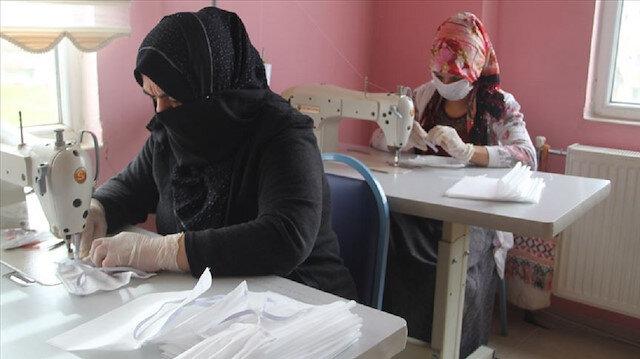 سيدات تركيّات وسوريّات يتعاونّ لإنتاج كمامات طبية لدعم مكافحة كورونا