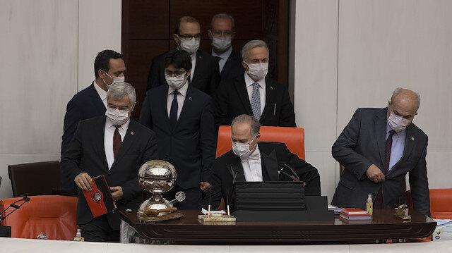 النواب الأتراك في البرلمان بالكمامات.. رسالة للمجتمع