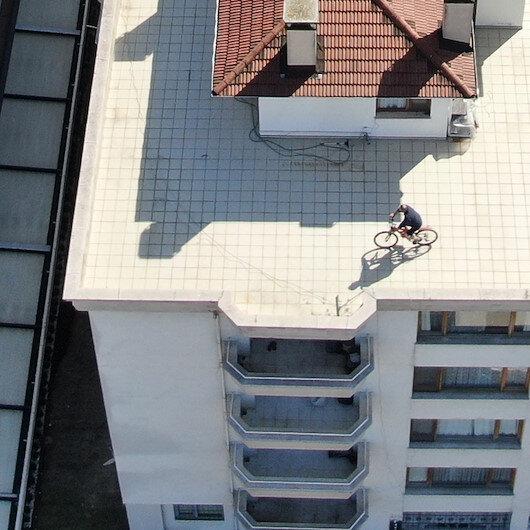 Drone ile denetim yapan polis ekipleri görüntüledi: Sokağa çıkamayınca evinin terasında bisiklet kullandı