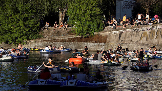 FILE PHOTO: People enjoy sun on boats, on the Landwehrkanal, amid the spread of the coronavirus disease (COVID-19), in Berlin, Germany, May 9, 2020. REUTERS / Christian Mang/File Photo