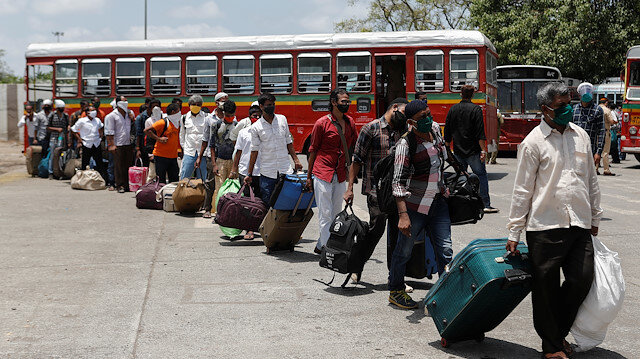 File photo: Migrants carrying luggage arrive at a railway station to board a train to their home state of Uttar Pradesh during an extended lockdown to slow the spread of the coronavirus disease (COVID-19), in Mumbai, India, May 20, 2020