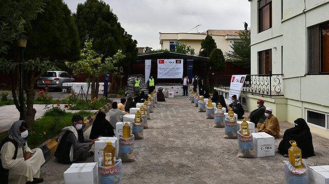 """""""تيكا"""" التركية توزع 750 طردا غذائيا في أفغانستان"""