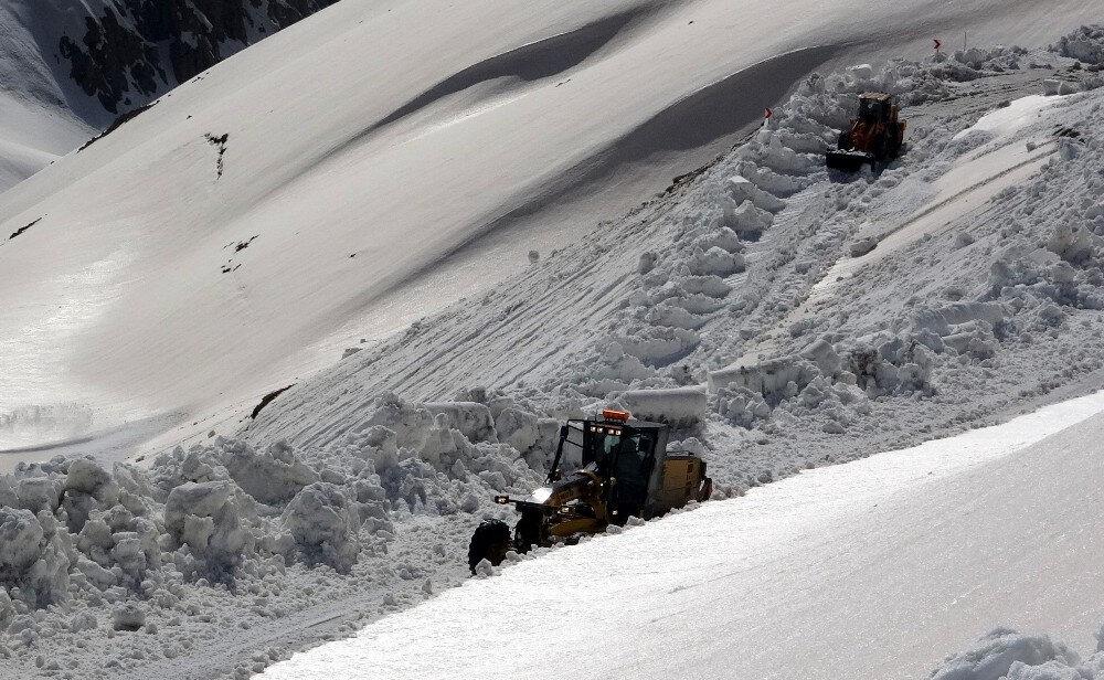 Bayburt'ta etkili olan karın ardından ekipler yoğun mesai harcıyor.