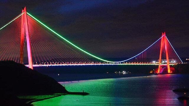 جسور إسطنبول تضيء بألوان علم أذربيجان