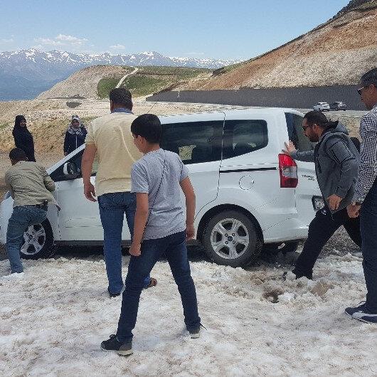 Bitlis'teki Nemrut Krater Gölü'ne akın eden onlarca sürücü yaz günü karda mahsur kaldı