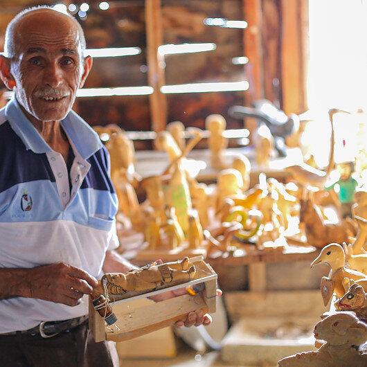 مسن تركي يبرع في تكوين منحوتات خشبية وحجرية