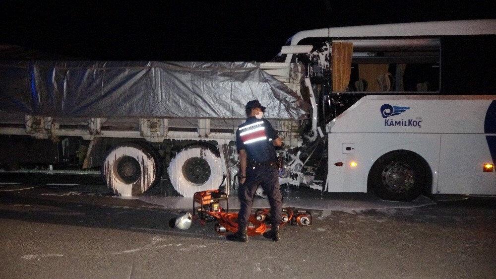 TIR'a arkadan çarpan otobüste 2 kişi öldü.