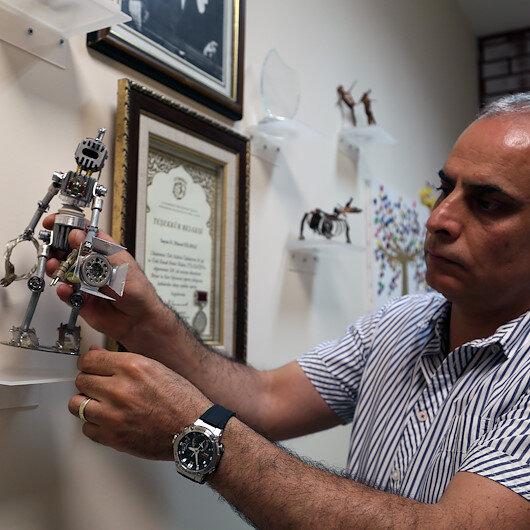 تركي يبرع بتحويل النفايات المعدنية إلى أعمال فنية