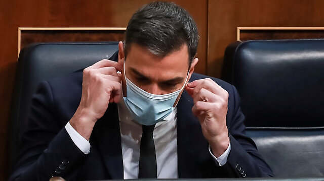 Spanish Prime Minister Pedro Sanchez takes of his face mask at the start of a session to request a sixth extension of the state of emergency amid the coronavirus disease (COVID-19) outbreak at Parliament in Madrid, Spain, June 3, 2020. Dani Duch/Pool via REUTERS