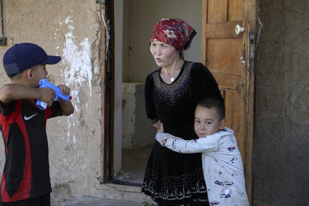 Gülnar Omirzakh, 3'üncü çocuğu Alif'i (Annesine sarılan) doğurduğu için kesilen para cezasını ödemezse kamplara gönderilmekle tehdit edildi.