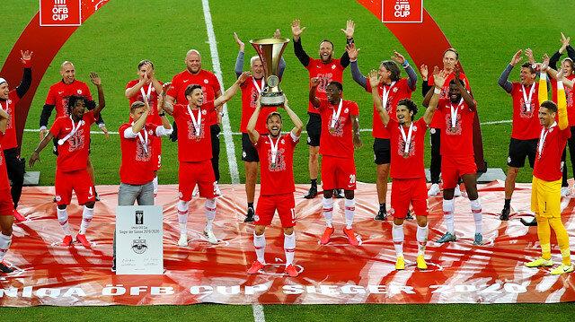 Salzburglu futbolcular şampiyonluk kupasını büyük coşkuyla aldı.