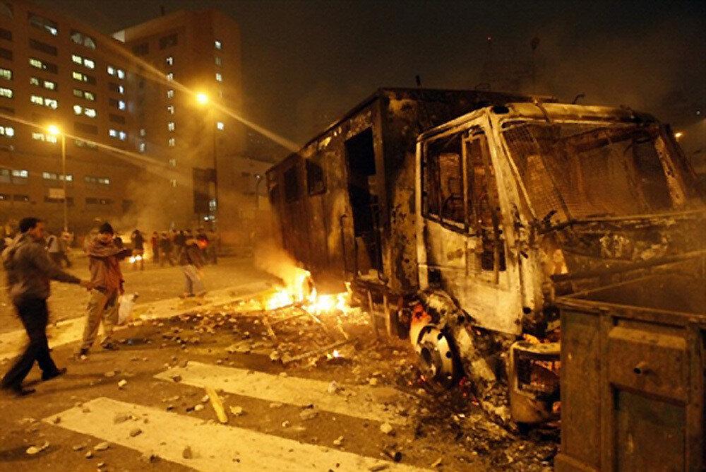 Cuma Öfkesi olarak da bilinen 28 Ocak 2011 tarihindeki eylemlerde ateşe verilen bir polis aracı.