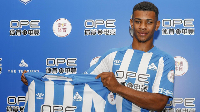 Juninho Bacuna Huddersfield forması giyiyor.
