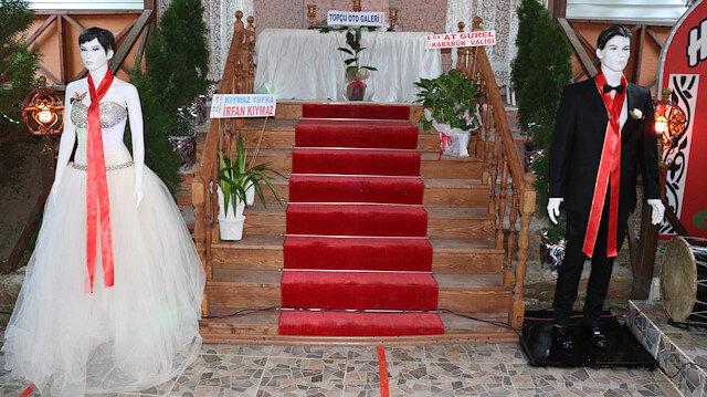 تركيا.. مجسمان بدلًا من العروسين لقبول نقوط الزفاف