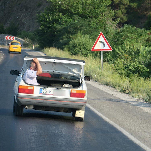 Otomobil bagajında tehlikeli yolculuk: Görenleri endişelendirdi