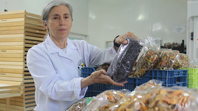 سيدة تركية تنتج معكرونة بخلطات خاصة للمرضى