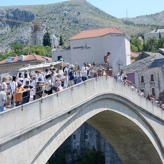"""رياضيون يقفزون عن جسر """"موستار"""" إحياء لذكرى ضحايا سربرنيتسا"""