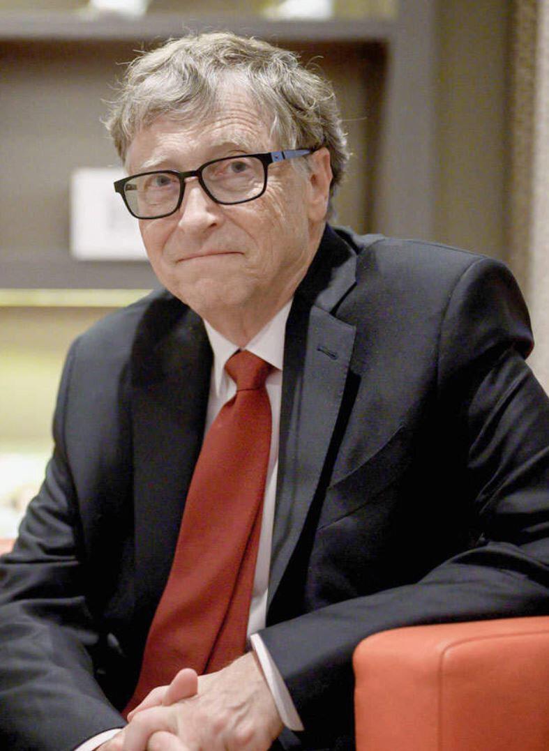 Bill Gates, tüm bu çabalara rağmen 'koronavirüsü yaymakla' suçlanıyor.