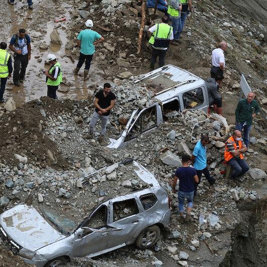 Artvin'de selde kaybolan 3 kişilik ailenin içinde bulunduğu otomobilden bir kişinin cenazesi çıkarıldı