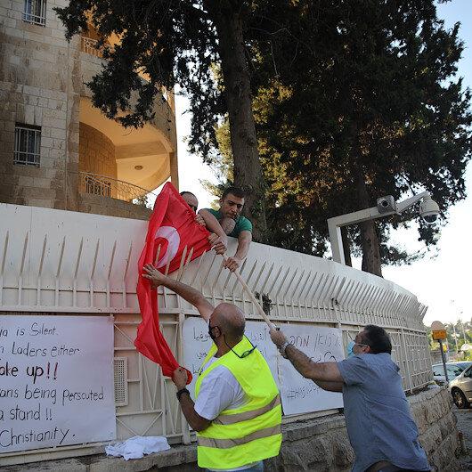 """بينهم عسكري إسرائيلي.. """"مجموعة"""" في القدس تحرق العلم التركي"""