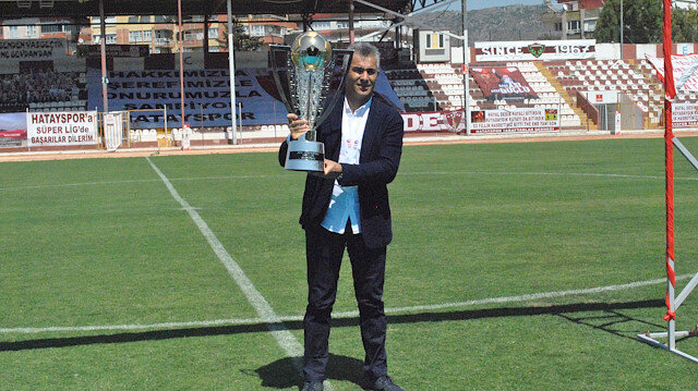 Mehmet Altıparmak şampiyonluk kupasıyla poz vermişti.