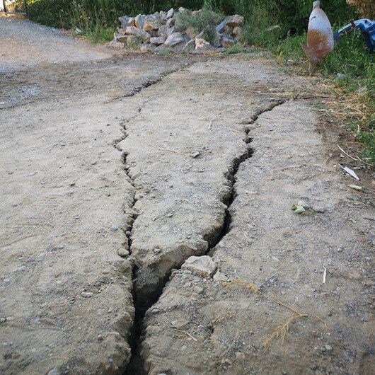 5.2'lik depremden sonra Malatya'da korkunç görüntü: 3- 5 santimlik yarıklar oluştu