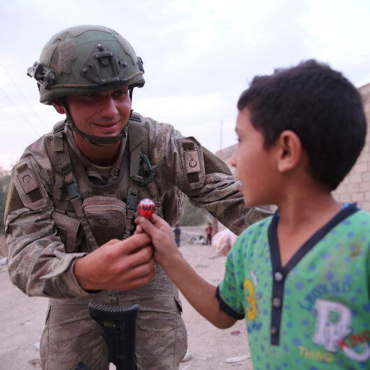 Turkish soldiers share meal with Syrians