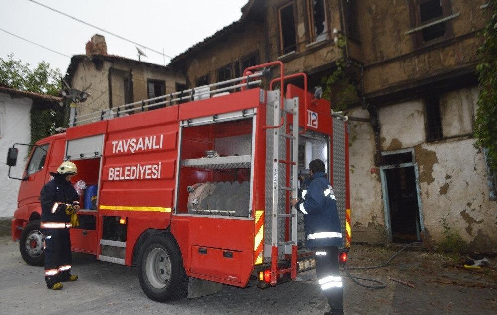 Yaklaşık iki saat süren çalışmalar sonucunda söndürülen yangında, tarihi ahşap ev kullanılamaz hale geldi.