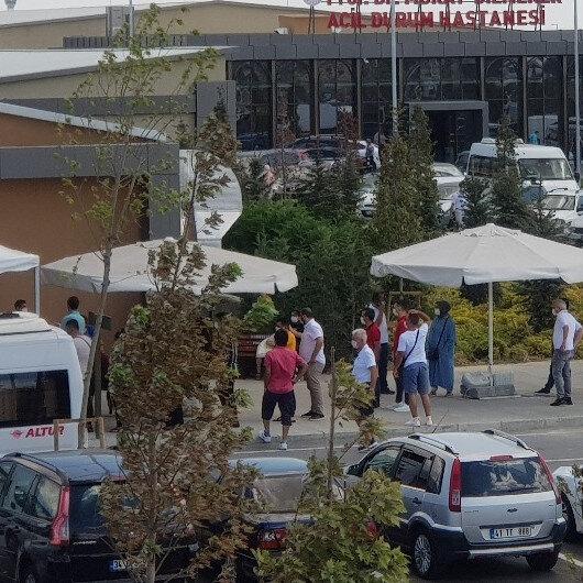 İstanbul'da pandemi hastanesinin önünde uzun koronavirüs test kuyruğu oluştu