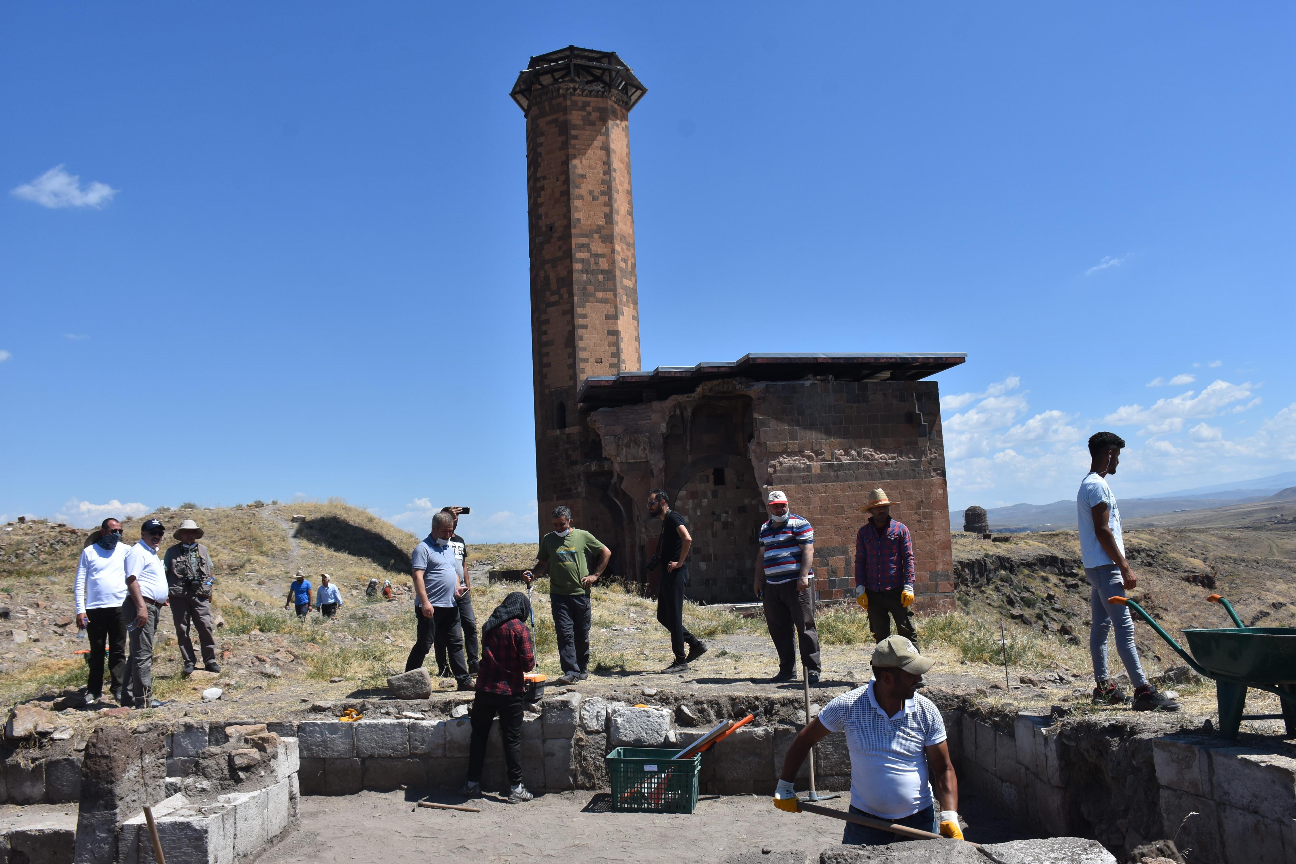 UNESCO Dünya Mirası Listesi'nde yer alan Ani Ören Yeri'nde bulunan Anadolu'daki ilk Türk camisi Ebul Menuçehr'in, restore edilerek ibadete açılması için etrafında başlatılan kazı çalışmaları devam ediyor.