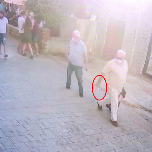 Kendisinden şikayetçi olan kadınlara sokak ortasında bıçak çekti: Vatandaşlar tepki gösterince polise koştu