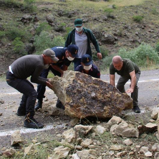 Dağdan düşen 500 kilogram ağırlığındaki dev kaya parçaları faciaya neden olacaktı