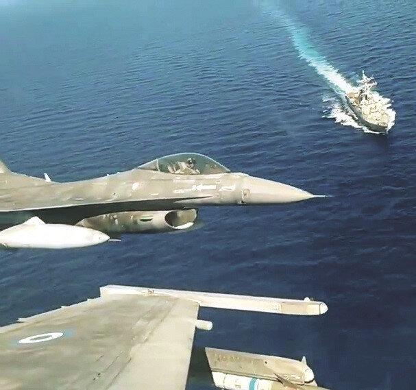 Yunan uçaklarıyla ABD fırkateyni aynı karede görülüyor.