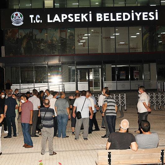Lapseki Belediyesi binasına silahla ateş ettiği iddia edilen iki şüpheli yakalandı