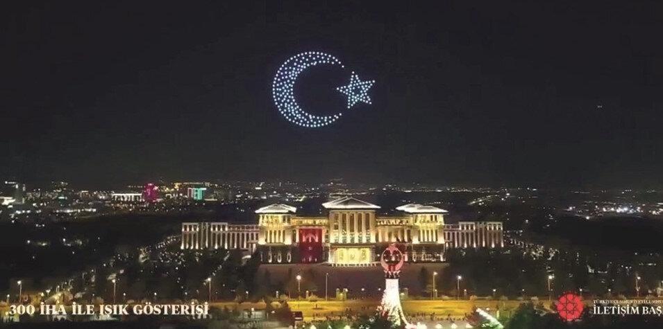 """Külliye üzerinde 300 dronla """"30 Ağustos Zaferi"""" temalı ışık gösterisi düzenlendi."""