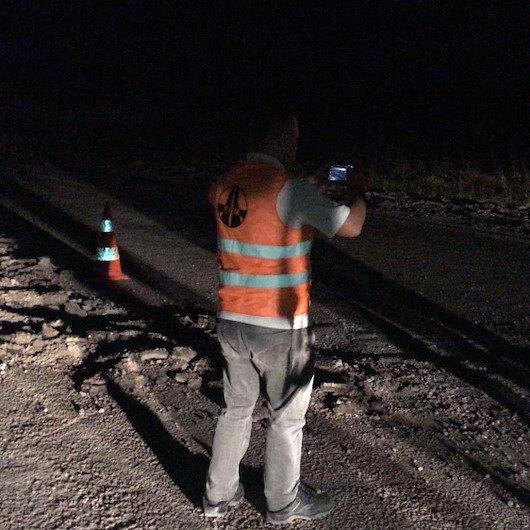 Unutkan çiftçi pulluğu açık bırakınca asfalt yolu 200 metre sürdü