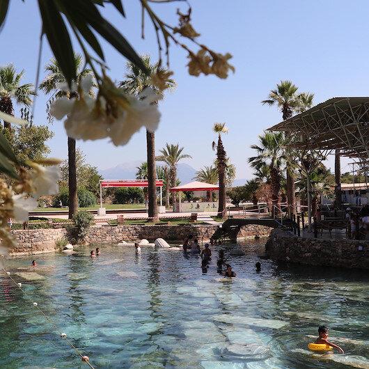 Denizli'de Kleopatra'nın da yüzdüğü havuza ziyaretçi akını: Antik kalıntılar arasında yüzme keyfi
