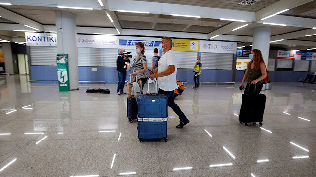 German tourists wearing face masks arrive at the Palma de Mallorca airport, as part of a tourism pilot program before officially reopening the borders after the coronavirus disease (COVID-19) outbreak, in Palma de Mallorca, Spain June 15, 2020. REUTERS/Enrique Calvo