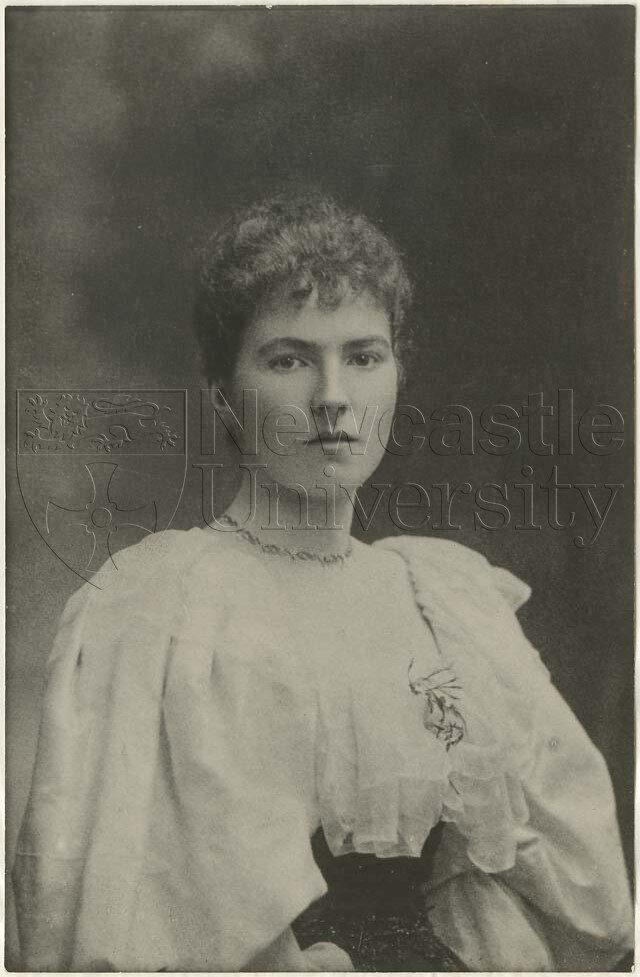 Bell'in 26 yaşında, genç bir kız olduğu dönemde çekilmiş fotoğrafı.n