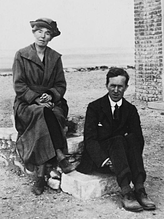 """Lawrence ve Gertrude Bell Kahire Konferansı'nın gerçekleştiği günlerde çekilen bir fotoğrafta aynı karede. Lawrence'ın popüler bir isim olmasında Amerikalı gazeteci Lowell Thomas'ın 1920 yılında yazdığı """"With Lawrence in Arabia"""" isimli kitabının etkisi şüphesiz büyük olur. Bununla birlikte kendisine nazaran çok da popüler olmayan Bell'in Ortadoğu'da ondan çok daha müessir bir isim olduğunda şüphe yoktur."""