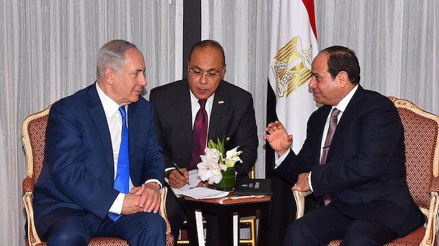 Egyptian President Abdel Fattah al-Sisi (R) speaks with Israeli Prime Minister Benjamin Netanyahu