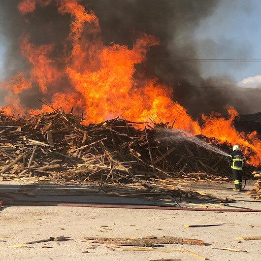 Erzincan OSB'deki fabrika yangınında tonlarca kereste kül oldu